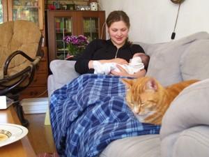 Op de bank met baby en kat